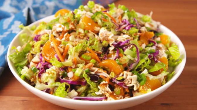 Biraz da Çin Mutfağına Girelim: Enfes Bir Lezzet Cam Makarnalı Çin Salatası!