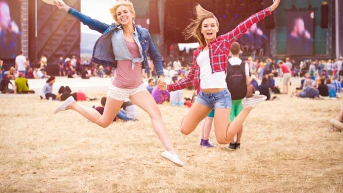Baharın Gelişiyle Etkinlikten Etkinliğe Koşan Kızların Çantalarından Çıkarmadığı 6 Şey