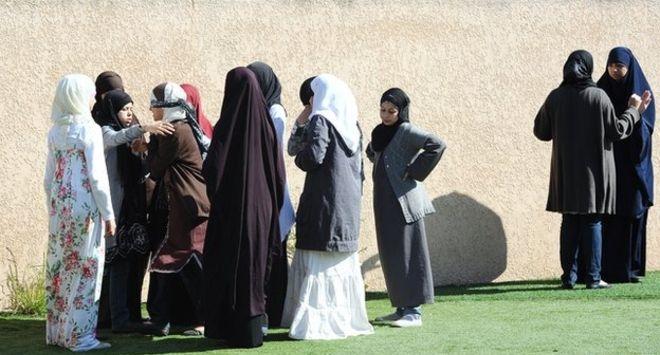 Fransa'da Uzun Etek Giymek Laikliğe Aykırı Sayıldı