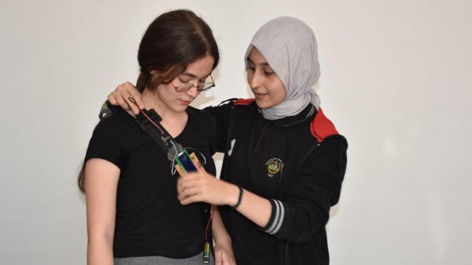 Lise Öğrencilerinden Kalp Ritmini Ölçen Emniyet Kemeri Tasarımı