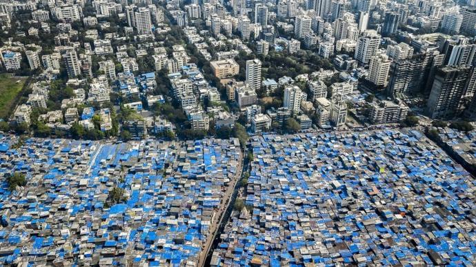 Mumbai, Hindistan - Mavi muşambalar muson yağmurlarından korunmak için çatılara geriliyor.