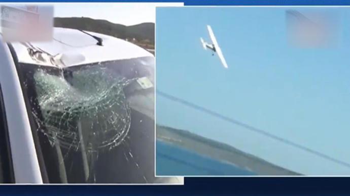 İzmir'de İnanılmaz Olay Yaşandı, Otomobile Uçak Çarptı