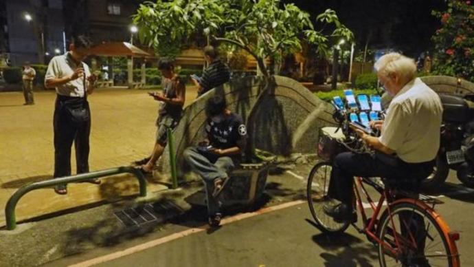 70 Yaşındaki Adam 11 Telefonla Günde 20 Saat Pokemon Go Oynuyor
