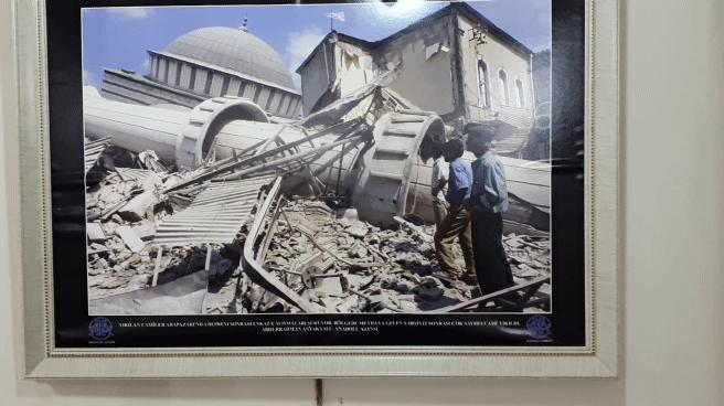 Müzede, 1967 ve 1999 yılı depremlerine ilişkin fotoğraflar sergileniyor.