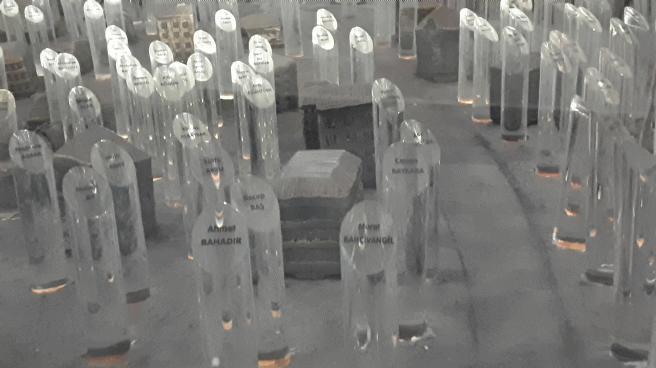 Depremde Sakarya'da yaşamını kaybedenleri temsil eden kristaller...