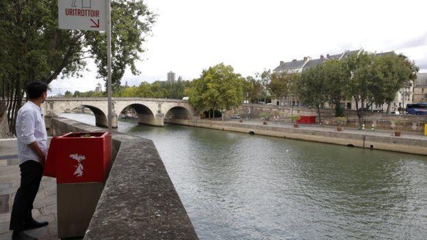Fransa'da Feminist Protestocular Sokak Pisuvarlarını Tıkadılar