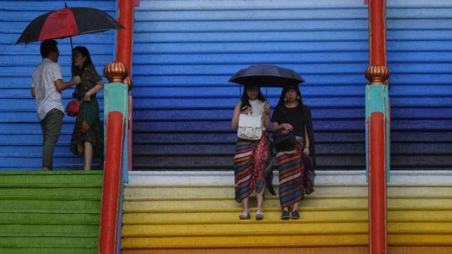 Malezya'da Eşcinsel İki Kadın 100 Kişinin Önünde Kırbaçlandı