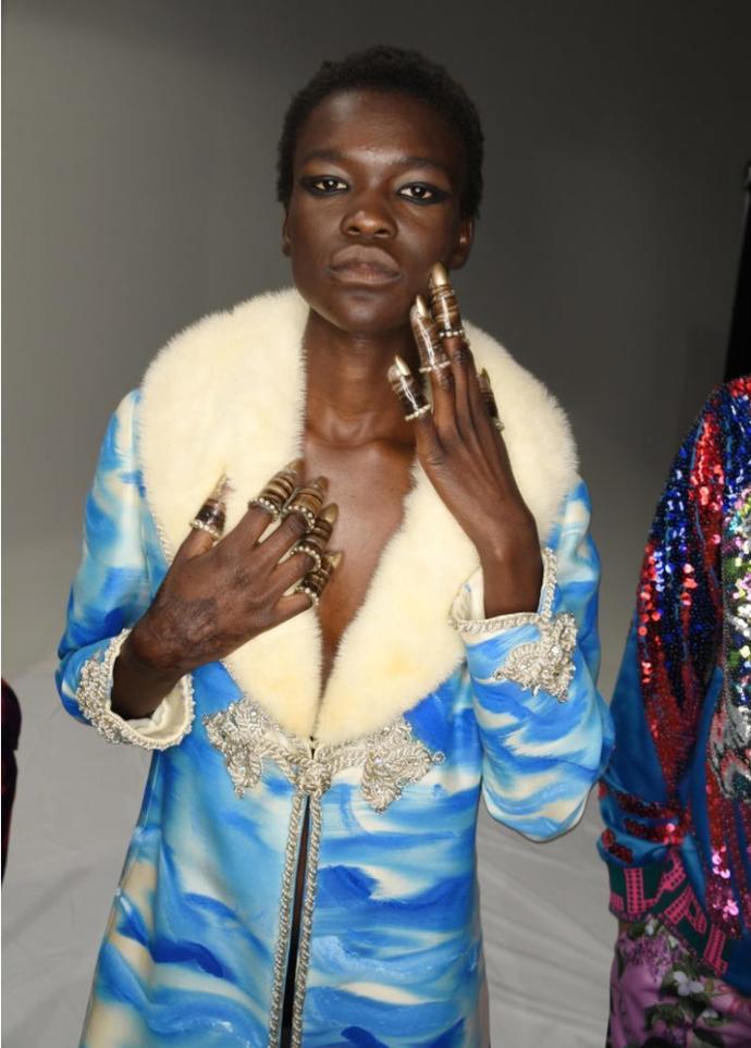 Parmaklara Yüksük Takılan Bir Başka Garip Moda Akımına Hazır Mısınız?