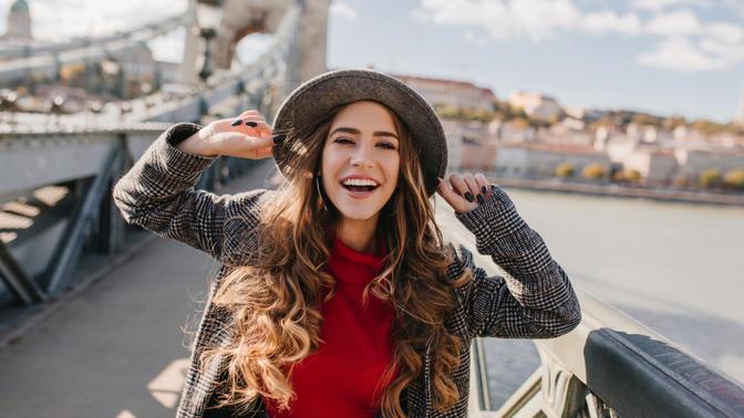 Kıvırcık Saçlara Sahip Olmanın Karşı Konulamaz Çekiciliğini Ortaya Koyan 7 Sebep