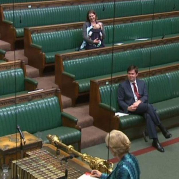 İngiltere'de İlk Kez Bir Milletvekili Kucağında Bebeğiyle Oturuma Katıldı