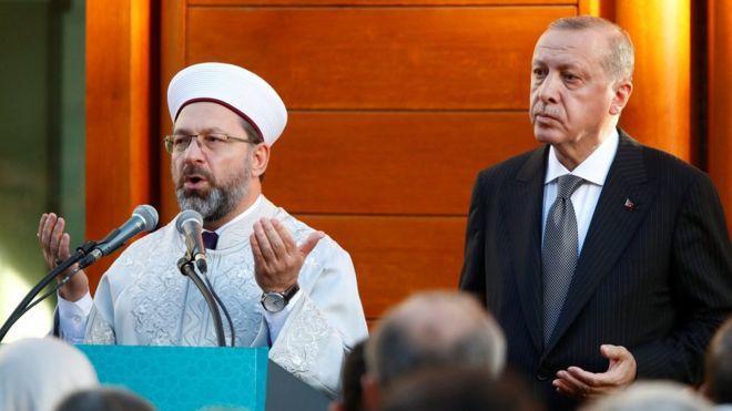 Erdoğan, Türkiye'ye dönmeden önce Almanya'daki temasları kapsamında son olarak Köln'de inşa edilen caminin resmi açılış törenine katıldı.