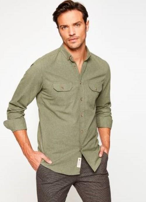 1. Sonbahara çok yakışacak bu gömlek sizi sıcacık tutacak sweatshirt ile mükemmel bir ikili olur.