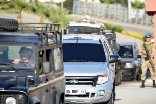 Brunson serbest bırakılması sonrası polis koruması eşliğinde İzmir'deki evine götürülmek üzere yola çıkarıldı.