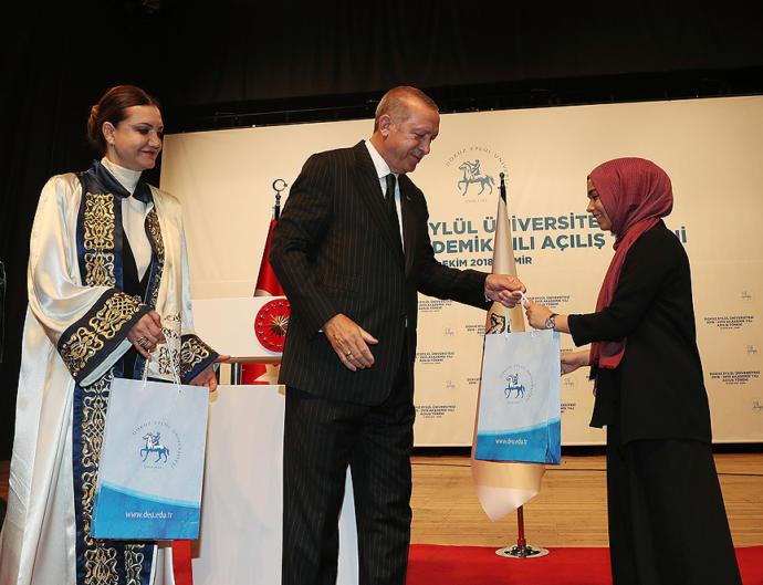 Dokuz Eylül Üniversitesi Akademik Yılı Açılış Töreni'ne katılan Cumhurbaşkanı Erdoğan, öğrencilere hediye verdi.