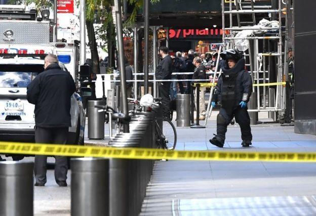 Time Warner binasının önündeki bomba imha ekipleri