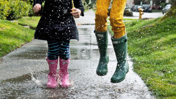 yağmur çizmeli kız çocukları