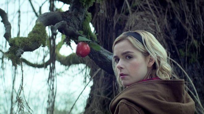 Sabrina, bir zamanlar ülkemizde de ilgiyle izlenen Sabrina dizisinden çok daha karanlık ve ürkütücü