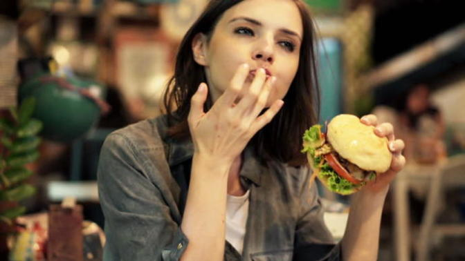 """Ağzından Bir Türlü """"Hiç Yemeyeyim Canım Diyetteyim"""" Lafını Duyamadığınız Kişilerin Sırrı Ne?"""