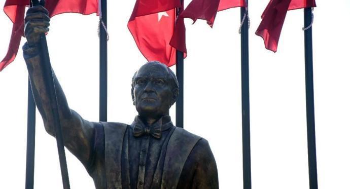 İzmir'deki Atatürk Heykeli İçin 'Atatürk'e Benzemiyor' Tartışması