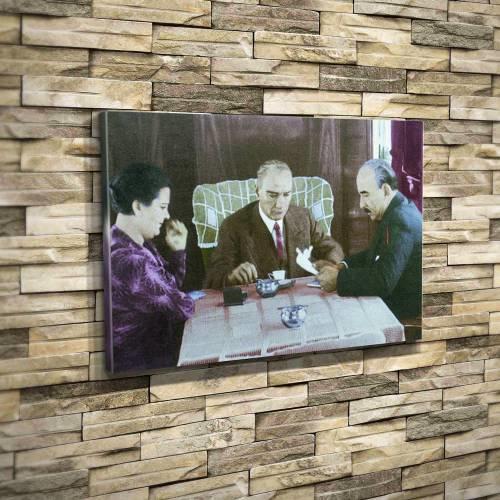 Atatürk kahvesini yudumlarken