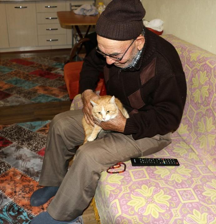 Ali Dede ve Kedileri Yeni Evlerine Kavuştu