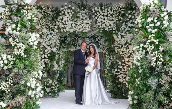 Tarantine ve Pick Beyaz Çiçeklerden Harika Bir Duvar Önünde Poz Verdiler