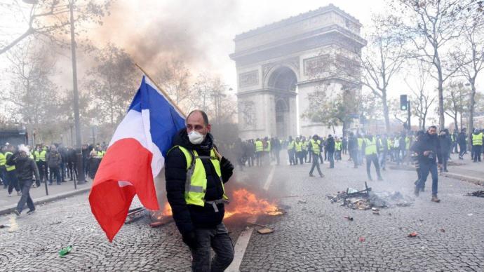 Sarı Yelekliler Cumhurbaşkanı Macron'a Geri Adım Attırdı