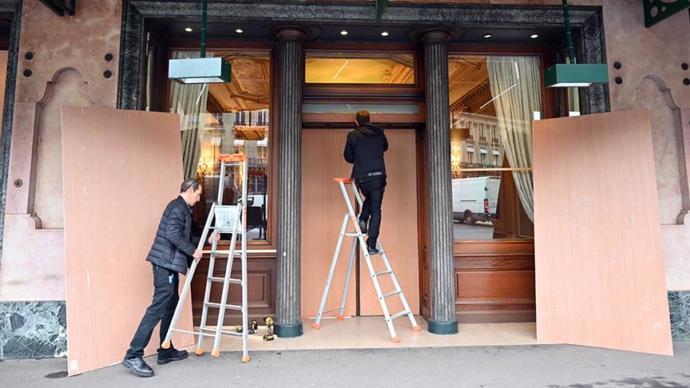 Paris'te Dükkanlar Önlem Alıyor