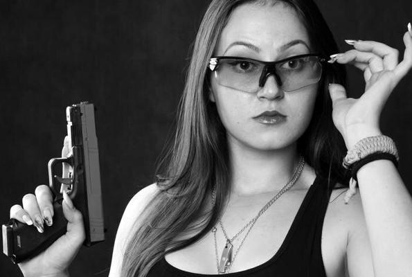 Kazakların Lara Croft'u Atış Yeteneğiyle Kendine Hayran Bıraktırıyor