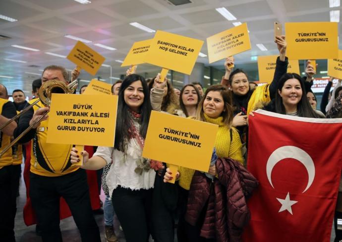 Taraftarlar Sabahın Erken Saatlerinde Atatürk Havalimanı'na Akın Ettiler