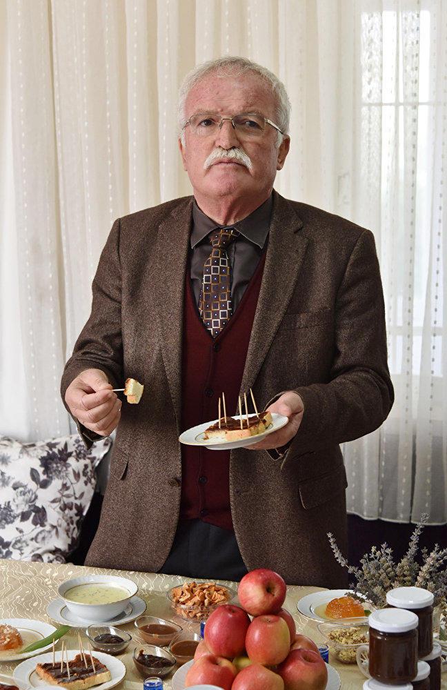 Eğirdir Belediye Başkanı Ömer Şengöl 'Şokelma'yı halka tanıttı.