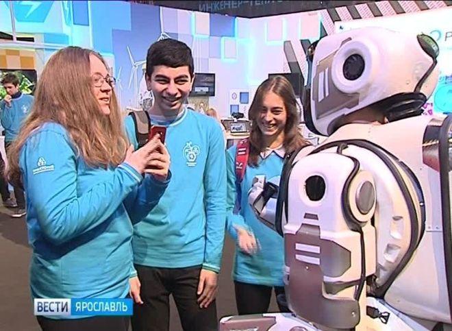 Robot kıyafetinin içindeki insanın arkasından boynunu görebiliyorsunuz