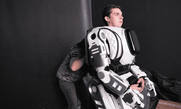 Rus Devlet Televizyonu'nun Övgüyle Bahsettiği İleri Teknoloji Robotun İçinden İnsan Çıktı