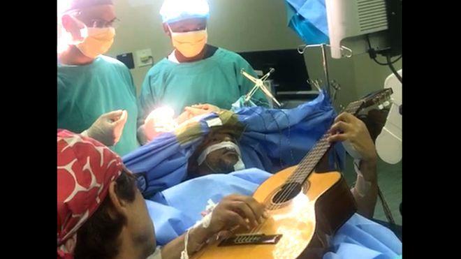 Güney Afrika'lı Caz Sanatçısı, Açık Beyin Ameliyatı Olduğu Esnada Gitar Çaldı