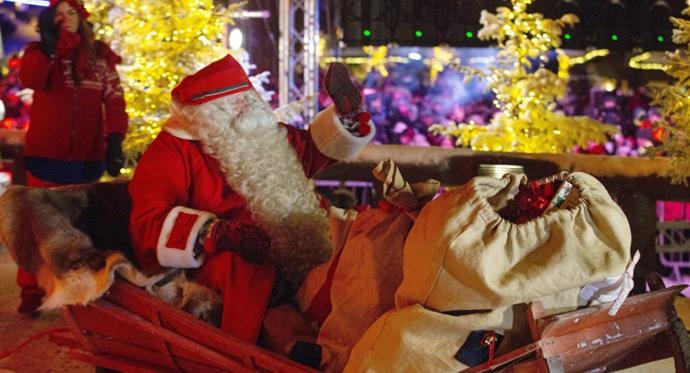 Finlandiya'da Toplanan Yüzlerce Kişi -22 Derece Soğuğa Aldırmadan Noel Baba'yı Uğurladı