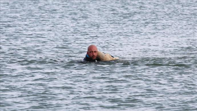 Dalgıç Polis Donmuş Göle Girerek Ölmek Üzere Olan Köpeği Kurtardı