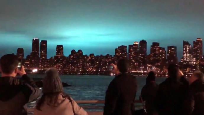 New York'ta Ortaya Çıkan 'Gizemli Mavi Işık' Herkesi Korkuttu