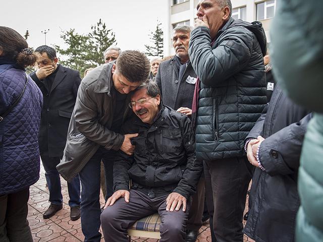 Baba Mustafa Damar Kızının Cenazesinde Ayakta Durmakta Zorlandı