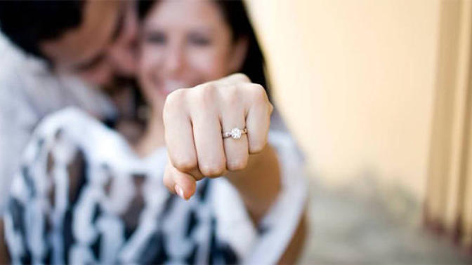 Erkekler Dikkat! Evlilik Teklifinin 'Evet' Garantisi 'Tek Taş' Yüzüklerde Saklıdır!