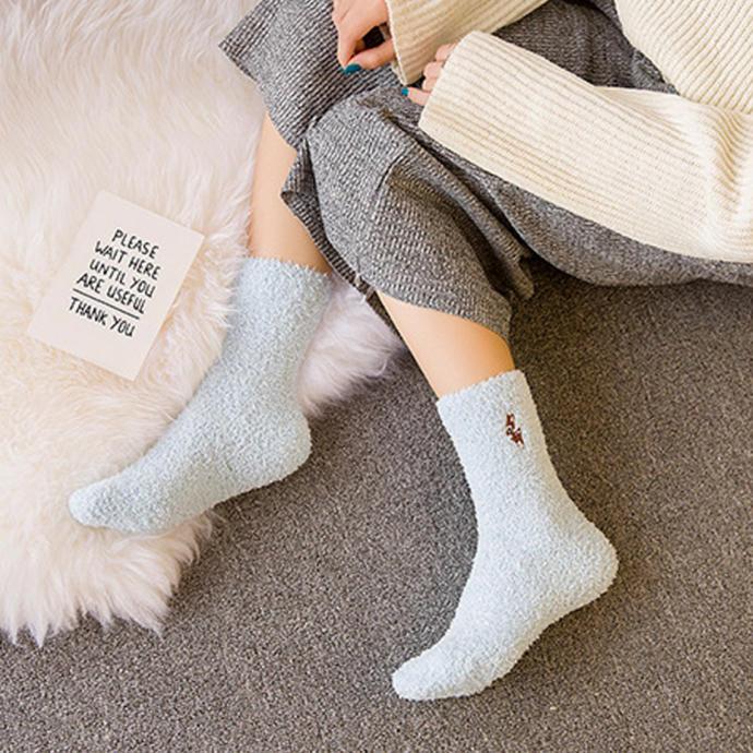 Ayakları sıcacık tutan peluş çoraplar