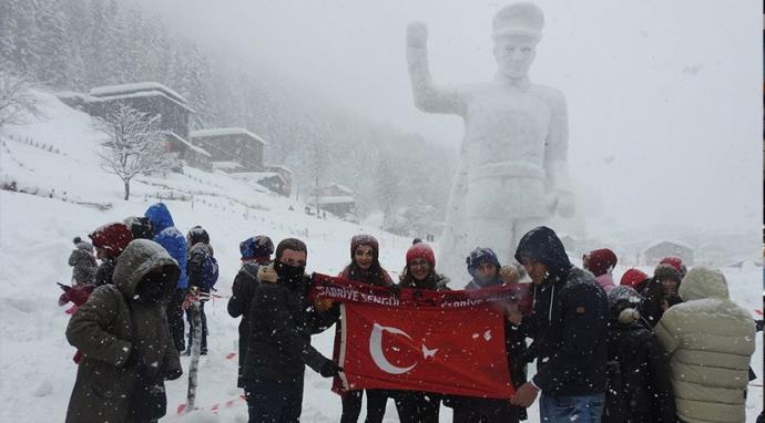 Rize il merkezinde yeri değiştirilen Atatürk Anıtı'nın şenlik alanında kardan benzeri