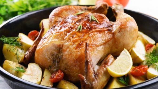 """Ana Yemeklerin Baş Tacı """"Fırında Tüm Tavuk"""" Nasıl Yapılır?"""