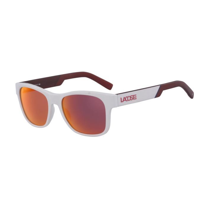 2. Renkli camlı gözlükler stilinde fark yaratmak için kullandığı en önemli aksesuarlardan biri.
