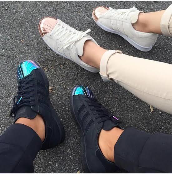 """""""Sensiz ben nefes alamam"""" diyen sevgili için Adidas spor ayakkabı"""