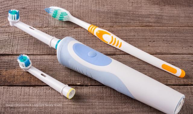 Şarjlı Diş Fırçası ve Manuel Diş Fırçası Aynı Karede