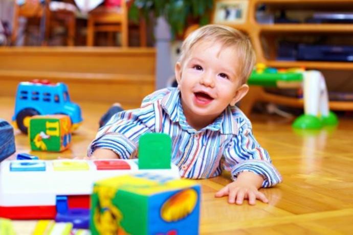 Oyuncaklar ile oynayan çocuk