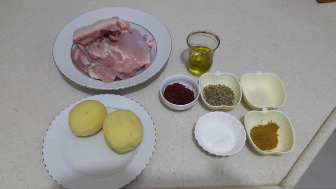 Fırında Kızarmış Özel Soslu Tavuklu Patates Yapımı