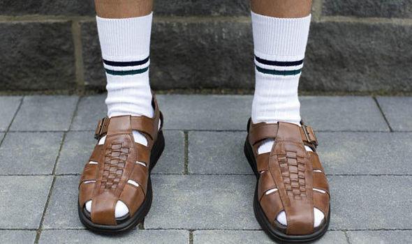 Evlerden ırak çorap-sandalet ikilisi.