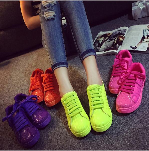 Soğuk ve Kasvetli Havaları Spor Ayakkabıların Canlı Tonlarıyla Renklendirmeye Ne Dersiniz?