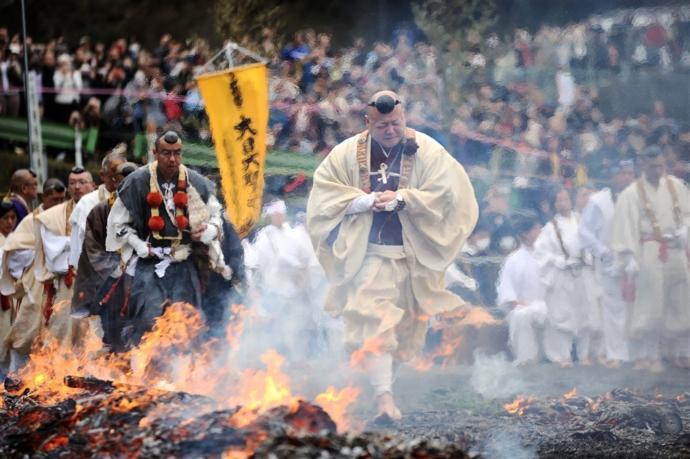 Kirlenen Ruhların Temizlenmesi İçin Yalın Ayakla Ateşte Yürüyorlar (Foto Galeri)